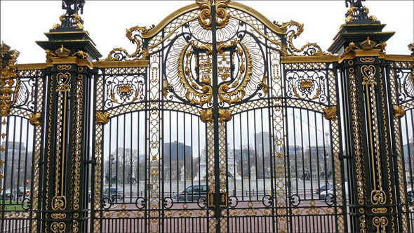 5903807_The_beautiful_and_huge_gate_of_the_Buckingham_Palace